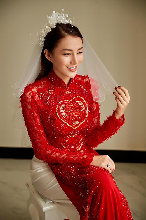 Để đáp ứng nguyện vọng ấy, Bảo Bảo dùng đỏ làm gam màu chủ đạo cho trang phục của Lê Hà. Điểm nhấn của trang phục nằm ở họa tiết trái tim và chữ hỉ ở thân trên.