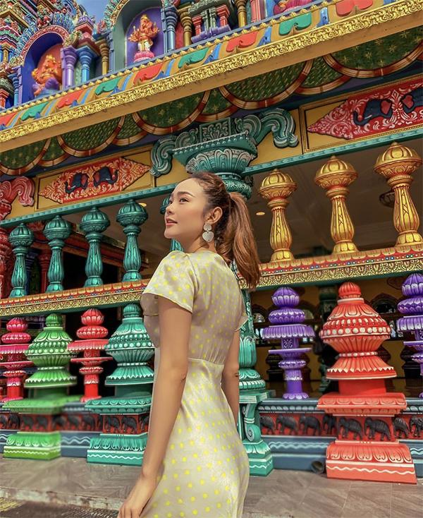 Ca sĩ Minh Hằng xinh xắn với đầm hoạ tiết chấm bi khi đến tham quan những danh thắng nổi tiếng tại Malaysia.