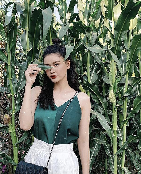 Trang phục vải lụa và thiết kế hai dây thoáng mát được nhiều người đẹp yêu thích trong mùa hè. Trương Quỳnh Anh cũng chọn kiểu áo hợp mốt để mix đồ đi chơi.