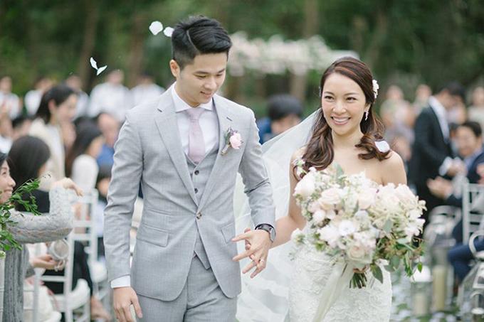 Cô dâu chú rể hạnh phúc sải bước trong lời chúc phúc từ gia đình, bạn bè, đồng nghiệp.