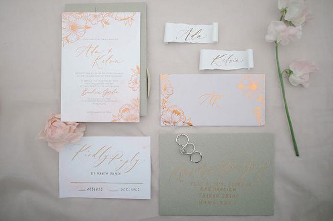 Bộ thiệp cưới có phông chữ nghệ thuật calligraphy và được nhấn nhá bởi họa tiết hoa cỏ mang sắc cam hồng.
