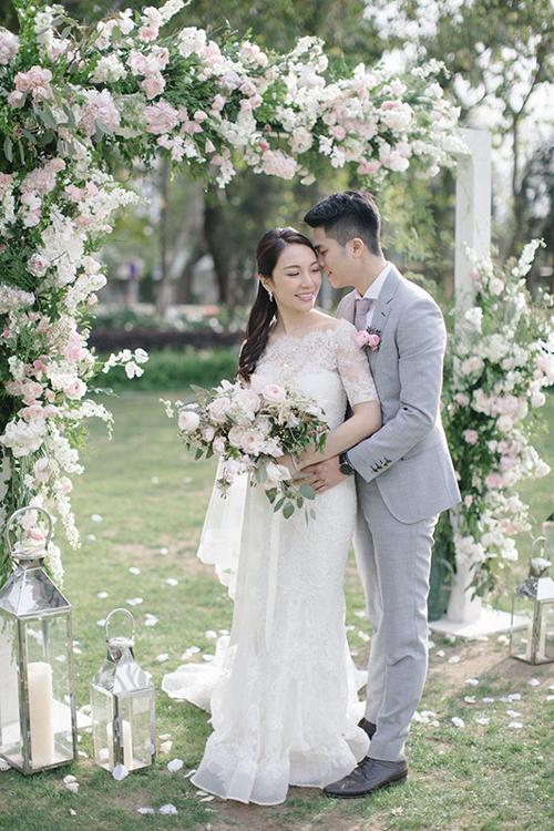 Ada và Kelvin chọn tổ chức hôn lễ trong sân vườn. Không gian được tô điểm chủ yếu bởi hoa hồng tươi, lá mimosa theo ý thích của cô dâu, mang đến sự lãng mạn.