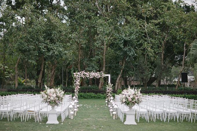 Không gian thực hiện nghi thức cưới mang sắc trắng chủ đạo. Uyên ương chọn ghế Tiffany (hay còn gọi là Chiavari) để trở thành mảnh ghép hoàn hảo cho nơi làm lễ, tăng tính sang trọng.