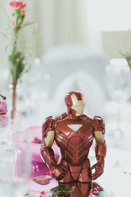 Một vài cặp cô dâu chú rể còn đặt mô hình siêu anh hùng trên bàn tiệc, tạo điểm nhấn bắt mắt trong trang trí.