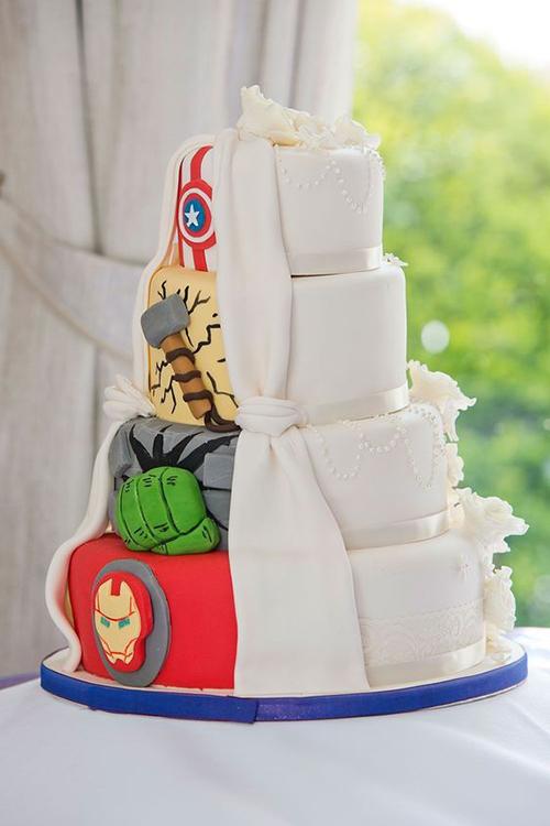 Các tầng bánh cưới có biểu tượng của các siêu anh hùng gồm Iron Man, Hulk, Thor, Captain America.