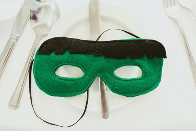 Uyên ương biến tiệc cưới thành buổi cosplay khi tặng mỗi vị khách một chiếc mặt nạ mô phỏng siêu anh hùng Avengers như Hulk...