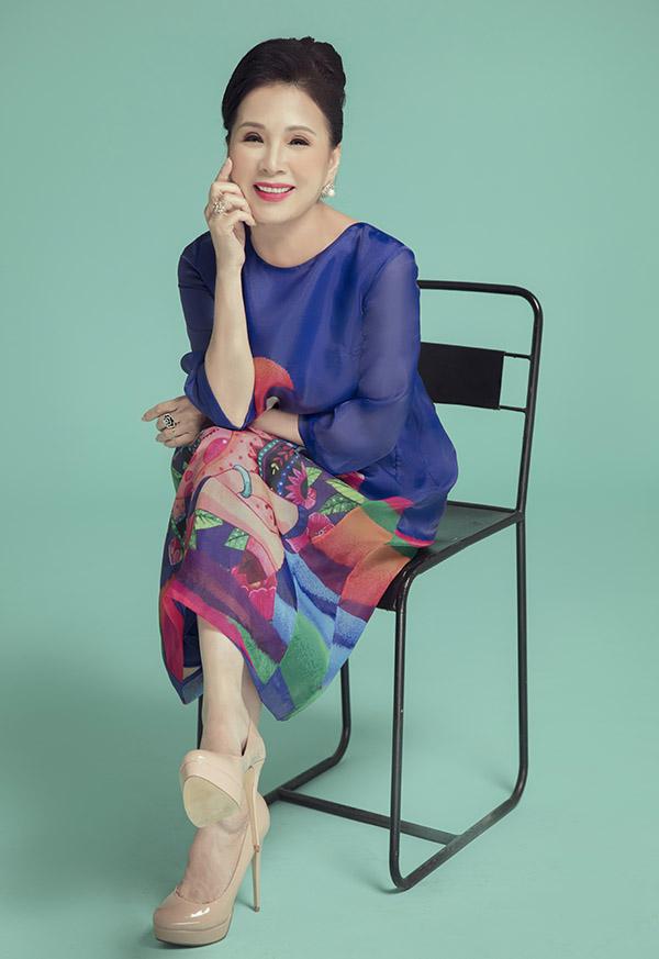 Nghệ sĩ ưu tú Kim Xuân hào hứng khi được mời giới thiệu sưu tập thời trang mới dành cho phụ nữ tuổi trung niên.