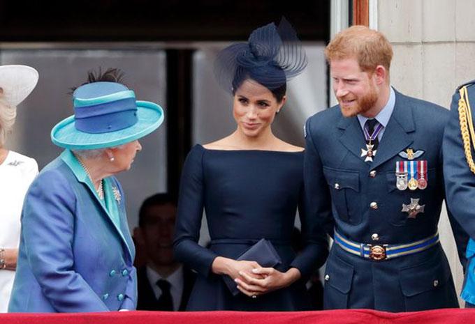 Nữ hoàng trò chuyện với vợ chồng Harry - Meghan trên ban công Điện Buckingham trong lễ kỷ niệm 100 năm thành lập lực lượng Không quân Hoàng gia hồi tháng 7/2018. Ảnh: AP.