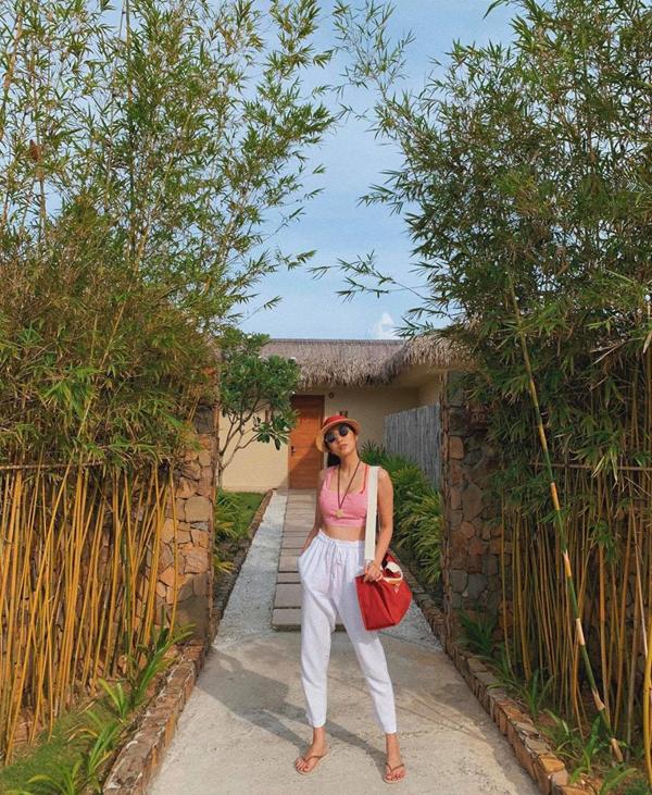 Hà Tăng vẫn giữ được vóc dáng thon thả dù đã trải qua hai lần sinh nở. Trong kỳ nghỉ ở Phú Quốc, cô tự tin khoe vòng eo nhỏ nhắn với áo crop top.