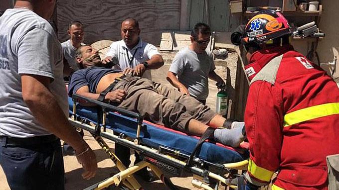 Ông Gómez được cảnh sát và các nhân viên cứu hộ cho lên xe cứu thương tới bệnh viện. Ảnh: Komumi-K Sonora.