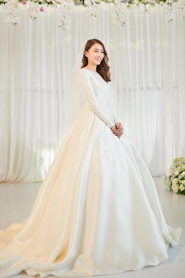 Tiệc cưới của người mẫu Lê Hà diễn ra vào tối 30/4 tại quê nhà Gia Lai. Nữ người mẫu xuất hiện lộng lẫy trong chiếc váy cưới do nhà thiết kế Linh Nga thực hiện, lấy ý tưởng từ công chúa Cinderella. Giá trị bộ váy lên đến 400 triệu đồng.