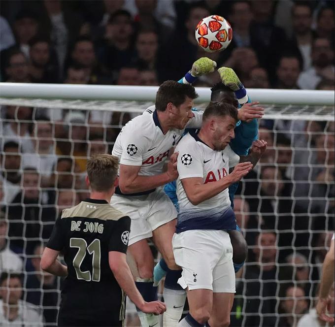 Phút 32 trận bán kết lượt đi Champions League giữa Tottenham và Ajax, Vertonghen bị đau sau pha bật cao đánh đầu trong khu cấm địa của đối thủ. Anh va chạm mạnh với đồng độiToby Alderweireld khi cùng nhảy lên tranh chấp với thủ môn của Ajax.