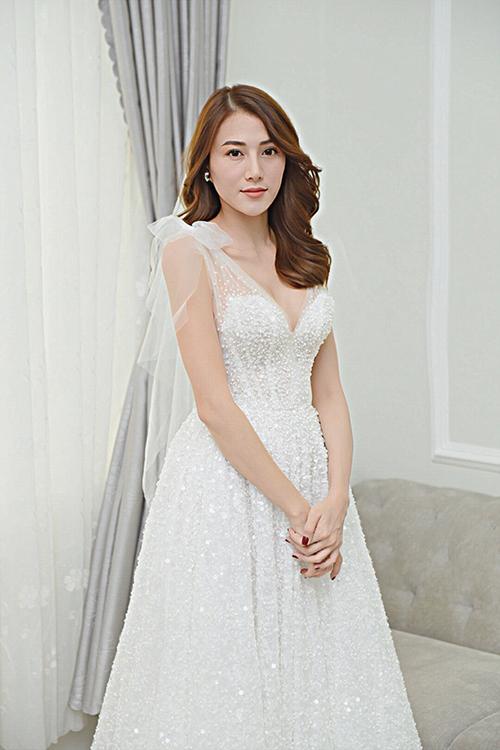 Bộ đầm được thiết kế dựa trên cảm hứng đến từ vẻ đẹp thanh khiết của loài hoa diên vỹ.