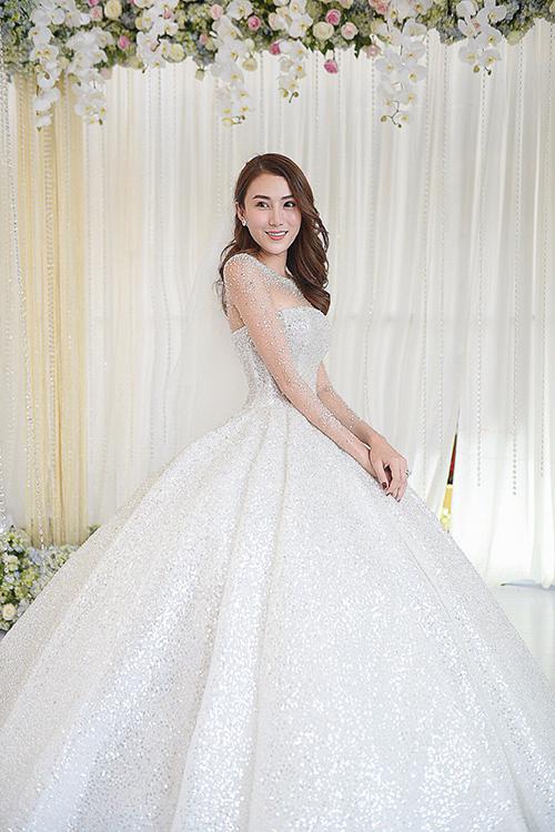 Bộ đầm xòe phồng của cô dâu được đính kết bởi 15.000 viên pha lê Swarovski đểtạo được sự lấp lánh rực rỡ, độ trong vắt và lộng lẫy, đáp ứng các tiêu chuẩn của dòng váy cưới cao cấp.