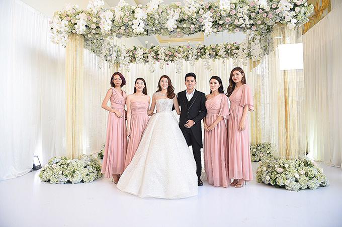 Trong dịp trọng đại, Lê Hà diện váy lấy cảm hứng từ đầm của nàng Cinderella trong chuyện cổ tích để sánh bước bên chú rể Võ Trần Trung Hiếu.