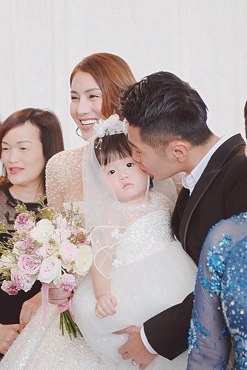 Không chỉ chăm chút cho váy cô dâu, Linh Nga cũng sáng tạo nên đầm cho con gái Lê Hà - bé Bào Ngư. Bộ váy dành cho bé có sự đồng điệu với váy của mẹ, được điểm 2.000 viên pha lê Swarovski và thân dưới có độ xòe phồng để bé dễ đi lại, chạy nhảy. Giá trị của váy là 15 triệu đồng.