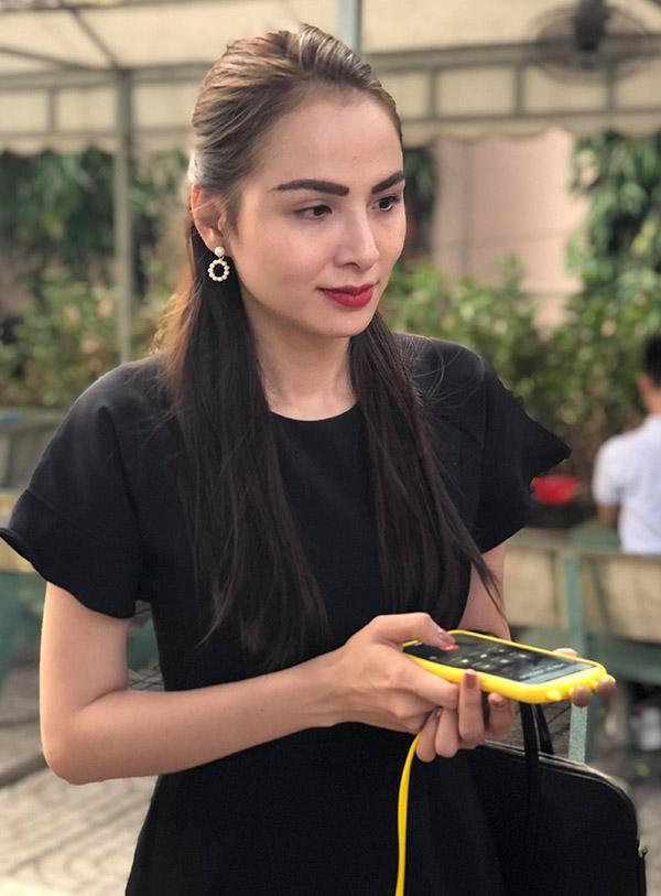Hoa hậu Diễm Hương đến thắp nhang từ biệt cố nghệ sĩ. Cô quý mến tính cách hiền lành, giản dị của nghệ sĩ Lê Bình và luôn xem ông như cha.