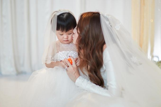 Con gái Bào Ngư quấn quýt mẹ không rời. Khi sinh bé, vợ chồng Lê Hà xác định tiến đến hôn nhân. Nhưng kế hoạc tổ chức đám cưới bị lùi lại vì gia đình có việc riêng.