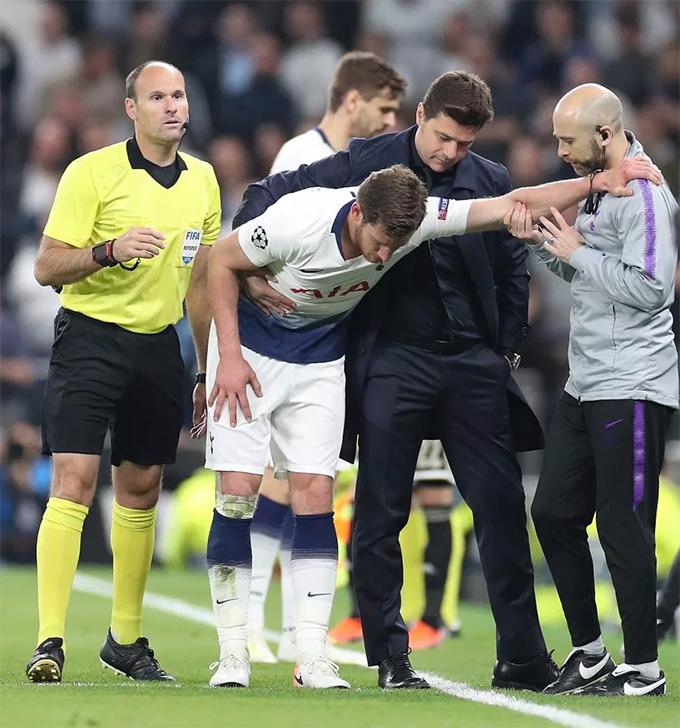 Tuy nhiên, Vertonghenkhông gắng gượng được lâu và phải rời sân ở phút 39. Anh có dấu hiệu choáng ngất vì mất quá nhiều máu, thậm chí không thể đứng vững mà phải nhờ các nhân viên y tế dìu đi.