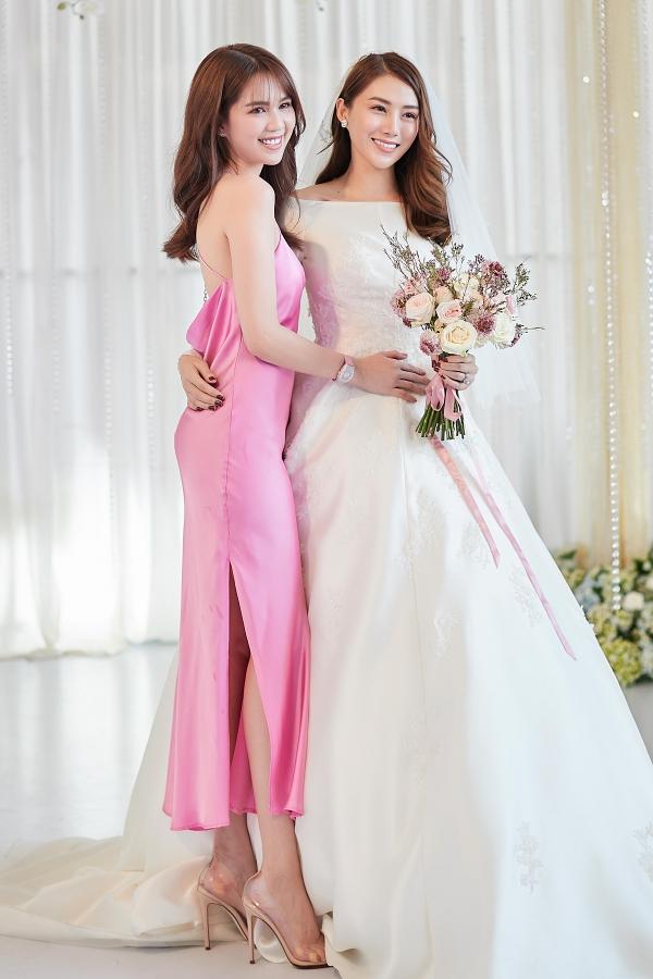 Ngọc Trinh dành thời gian bay lên Gia Lai mừng cười người em thân thiết. Nữ hoàng nội y khoe vóc dáng với chiếc váy hai dây, màu hồng ngọt ngào.