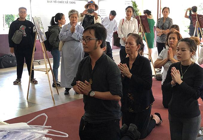 Vợ, con trai út và con gái của nghệ sĩ Lê Bình thực hiện các nghi thức trong đám tang.