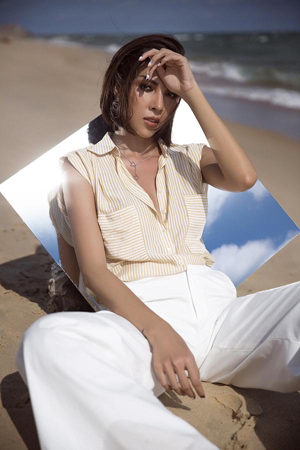 Qua bộ ảnh mới thực hiện, Minh Triệu muốn đưa tới các gợi ý chọn trang phục vào mùa nóng để phái đẹpcó thể mặcđi làm,đi hẹn hò hoặc thậm chí lên đồđể ấn tượng hơn trong một chuyến nghỉ dưỡng.
