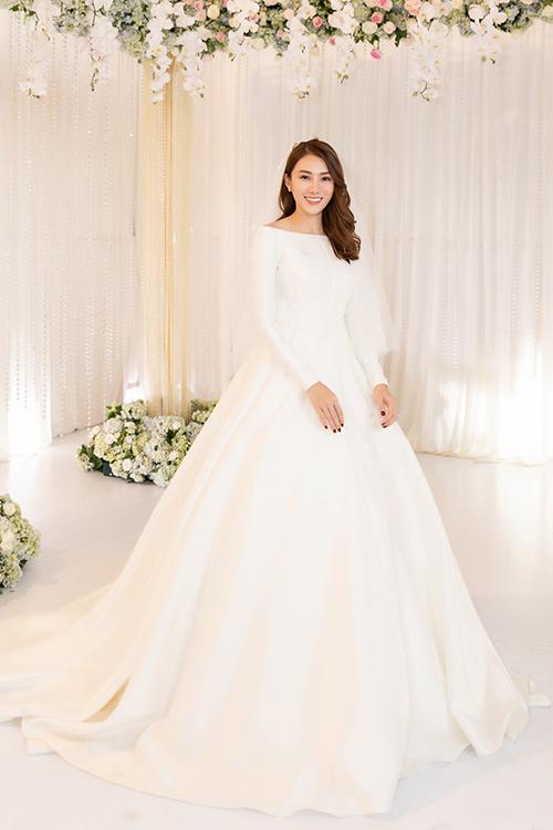 Cảm hứng làm nên tác phẩm váy cưới đến từ chính vẻ đẹp thanh lịch, quyến rũ của Lê Hà.