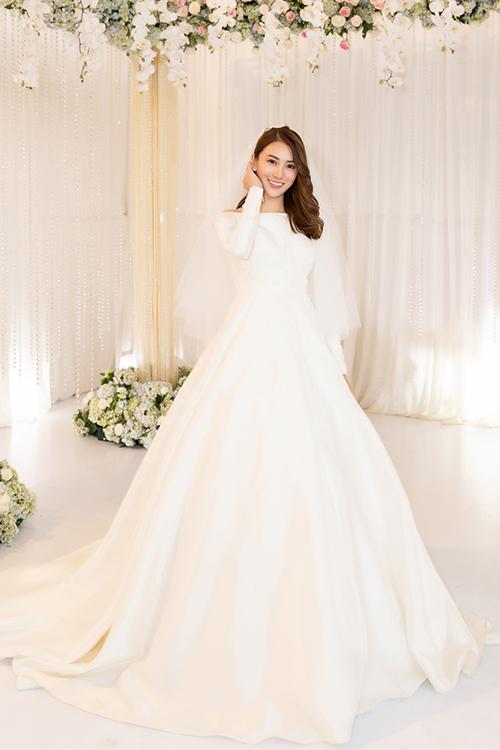 NTK và các cộng sự dành khoảng 3 tuần để hoàn thiện bộ đầm cưới cho Lê Hà.