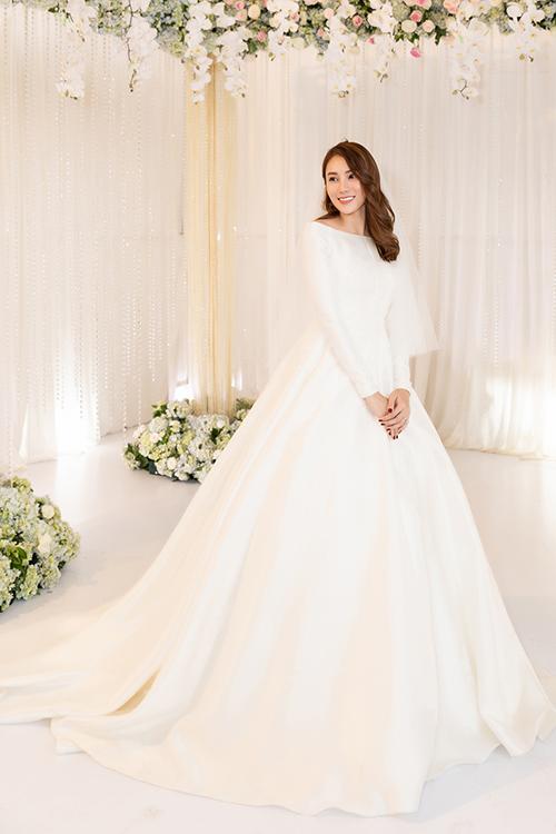 Để kiến tạo nên chiếc váy cưới tối giản theo xu hướng thời trang cưới thập niên 1960, NTK khai thác chất liệu vải satin cao cấp, diễn tả trọn vẹn tinh thần, từng đường nét váy cưới trong bản phác thảo thành hiện thực.