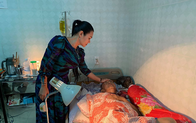 Tối 16/4, khi NSƯT Ngọc Huyền vào thăm, nghệ sĩ Lê Bình đã không thể ngồi dậy để tiếp chuyện mànằm trên giường bệnh nhắm nghiền mắt, giọng yếu ớt khi nói lời cảm ơn những người yêu thương, giúp đỡ mình trong lúc hoạn nạn. Trước đó, ông rơi vào tình trạng sốt và hôn mê suốt 2 ngày liền. Đến sáng 1/5, ông trút hơi thở cuối cùng sau 1 năm điều trị bệnh ung thư.