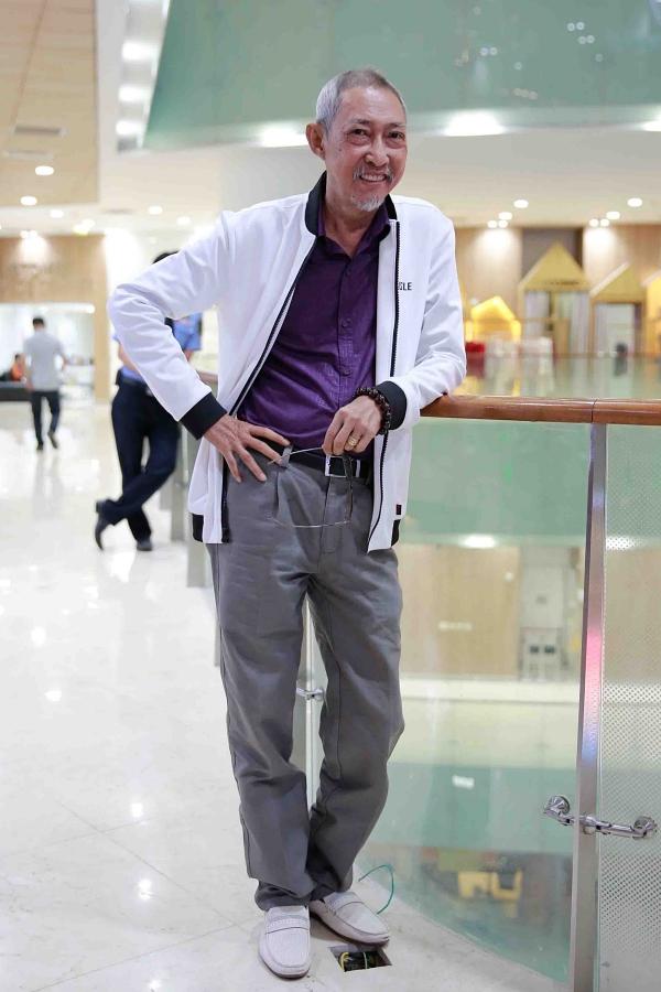 Tối 30/1/2019, nghệ sĩ Lê Bình đến dự buổi ra mắt bộ phim Táo quậy tại TP HCM. Lê Bình lúc này trông khoẻ mạnh hơn, khác hẳn vóc dáng tiều tuỵ trong một số bức ảnh do bạn bè chia sẻ. Dù sức yếu, nghệ sĩ vẫn cố gắng làm việc, chạy show phù hợp để có tiền trang trải việc chữa bệnh.