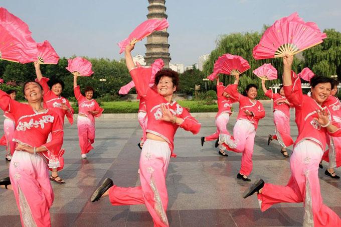 Người phụ nữ bị rơi tử cung khi đang nhảy múa sung sức ở quảng trường. Ảnh minh họa: Rex.