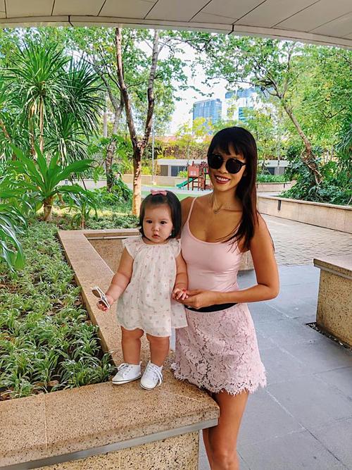 Giờ mẹ ăn mặc để làm nền cho con mới sợ chứ, siêu mẫu Hà Anh chia sẻ về bức ảnh bên con gái Myla.