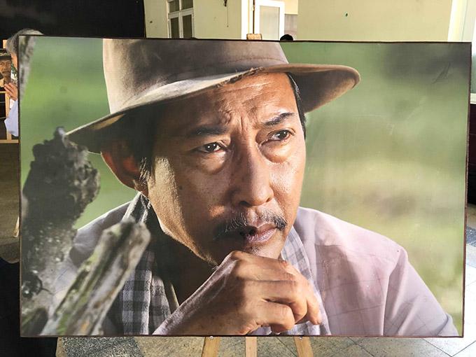 Gia đình đặt ảnh các vai diễn ấn tượng của Lê Bình tại Nhà Tang Lễ. Sinh thời cố nghệ sĩ hay đuọc giao đóng các vai ông già quê hiền lành, khắc khổ.