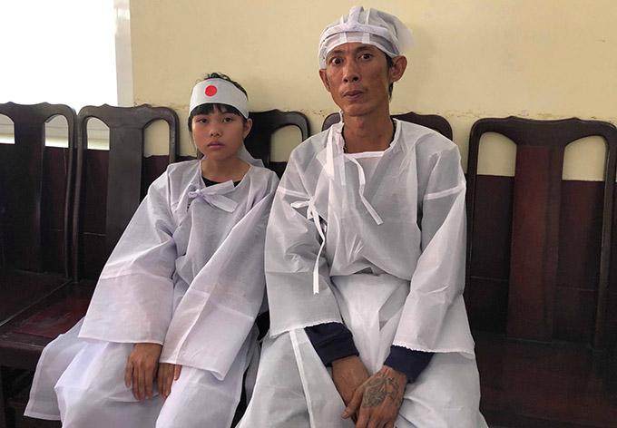 Con trai thứ hai và cháu nội của Lê Bình có mặt trong đám tang.