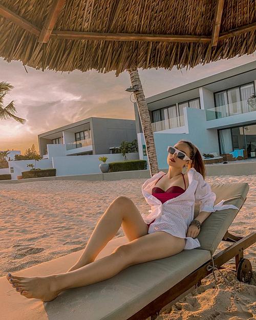 Minh Hằng thư giãn trong kỳ nghỉ trên bãi biển.