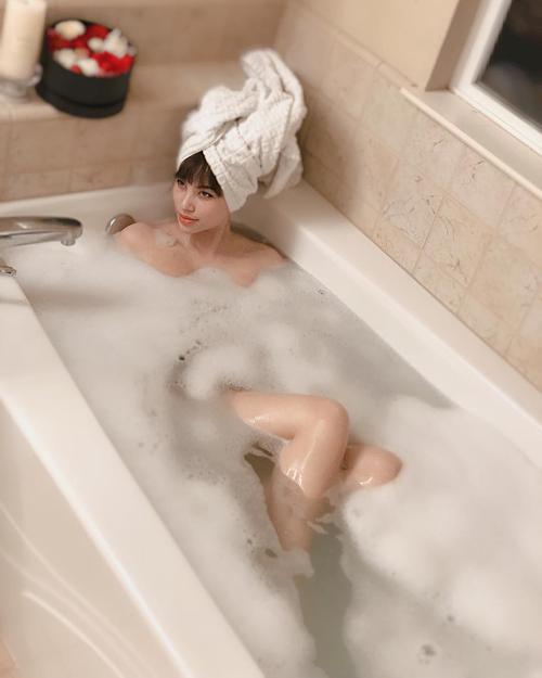 Phạm Hương không ngại chia sẻ khoảnh khắc thư giãn trong bồn tắm.