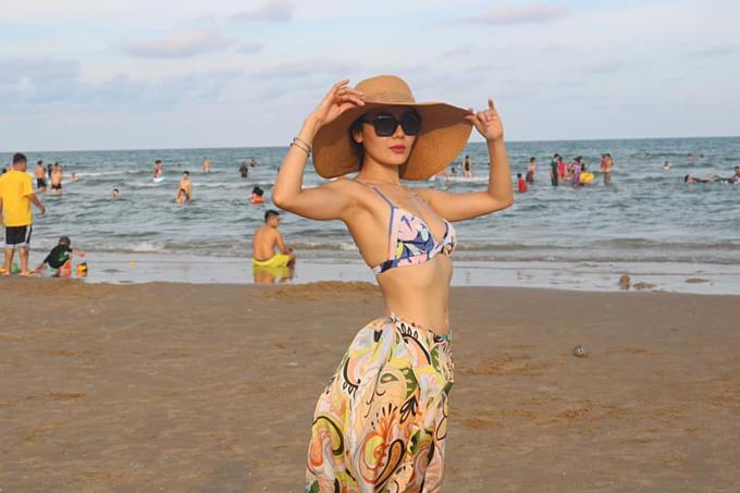 Ca sĩ Phương Linh thả dáng trên biển: Ngày cuối với biển. Yêu biển. Lấy chồng miền biển ăn cá lẹp kẹp bánh đa mỗi ngày.