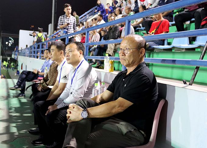 HLV Park Hang-seo ngồi trên khán đài theo dõi trận U19 nữ Việt Nam - Hàn Quốc. Ảnh: VFF.
