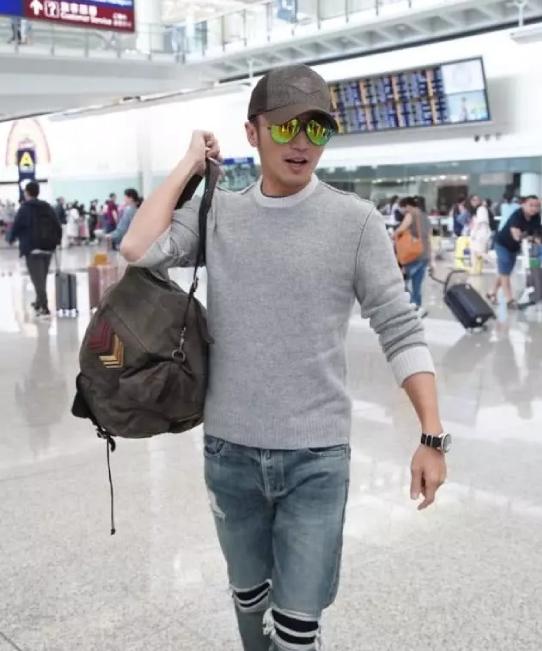 Tạ Đình Phong tại sân bay hôm 1/5.