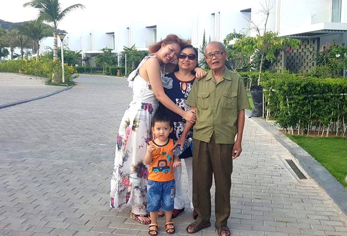 Phi Thanh Vân thấy mình như bé lại khi được đi du lịch cùng bố mẹ giốngnhững ngày còn nhỏ. Chuyến đi có cả bé Tấn Đức - con trai của người đẹp.