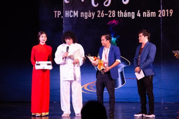 Ông Tony Hassini (Chủ tịch hội IMS Hoa Kỳ) trao kỷ niệm chương cho ông Vũ An - Chủ nhiệm CLB ảo thuật Nhà Văn hoá Thanh niên TP HCM.