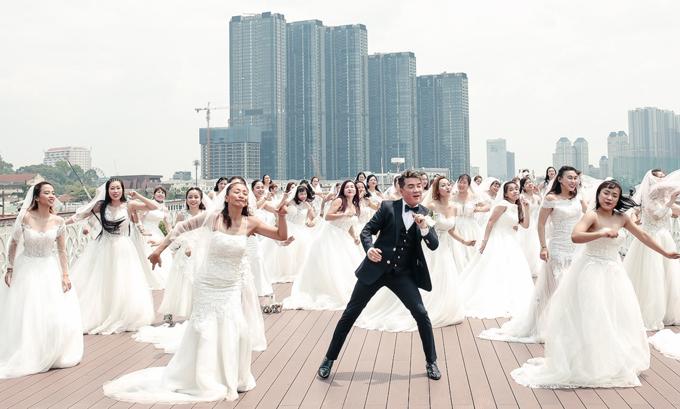 Chàng ca sĩ diễn cảnh nhảy múa tưng bừng cùng các người đẹp. Ngoài đời anh là thành viên hội độc thân nhưng vẫn quyết định sắm vai chú rể, thực hiện sản phẩm mới.