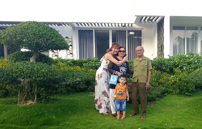 Gia đình cô lưu trú tại một biệt thự ven biển. Nơi đây tràn ngập cây xanh, khí hậu trong lành, mát mẻ.