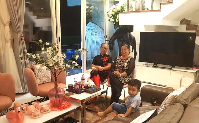Gia đình Phi Thanh Vân ở trong biệt thự đầy đủ tiện nghi do bạn cô làm chủ sở hữu.