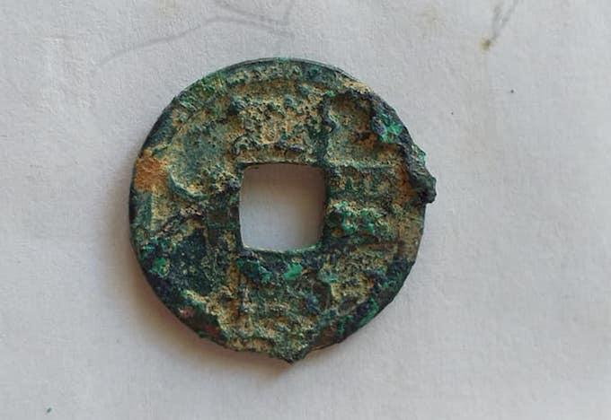 Bề mặt một đồng tiền trong hũ sành mà anh Trung phát hiện.