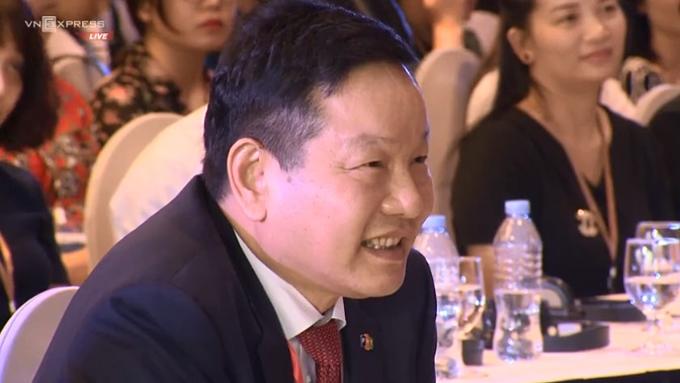 Chủ tịch FPT Trương Gia Bình, người đóng góp sáng kiến Diễn đàn Kinh tế Tư nhân, chăm chú lắng nghe chia sẻ của các nữ doanh nhân.