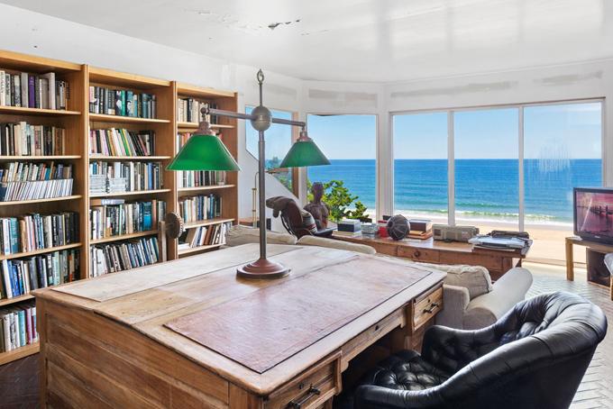 Edward Albee là một trong những nhà viết kịch tỷ phú Ralph Lauren yêu thích nhất. Albee từngsống trong ngôi nhà nàyhơn 50 năm và viết nhiều vở kịch nổi tiếng, trong đó cóSeascapetầng hai nhìn ra bãi biển.