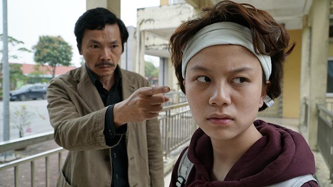 Nữ diễn viên trẻ Bảo Hânhiện gây ấn tượng với vai Ánh Dương trong phim truyền hình Về nhà đi con của đạo diễn Danh Dũng.Nhân vật do côthể hiệnlà con gái út của ông Sơn (NSƯT Trung Anh), có chị cả là Huệ (Thu Quỳnh) và chị hai là Thư (Bảo Thanh).