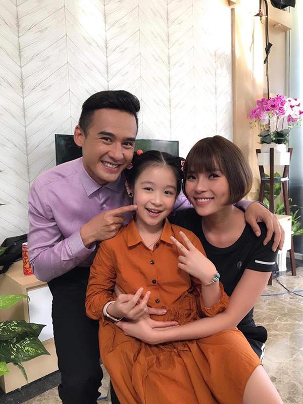 Vợ chồng Thúy Diễm và bé Bảo Ngọc tại hậu trường phim.